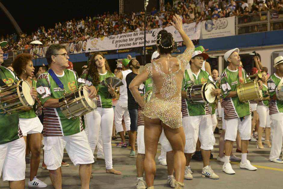 150208-gracyanne-barbosa-x-9-paulistana-adesivo83