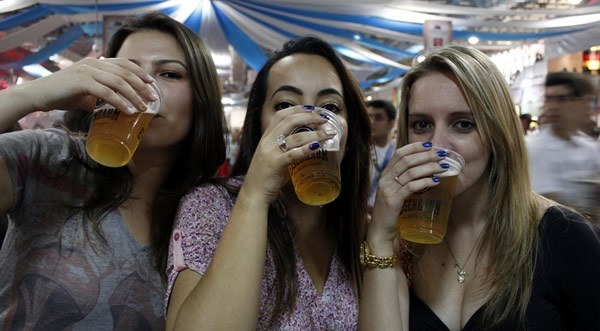 trio-mulheres-bebendo