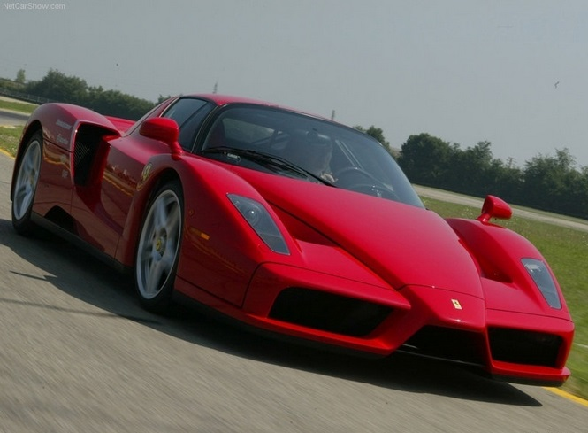 Ibrahimovic também não brinca quando o assunto é carro. O sueco tem uma Ferrari Enzo, modelo que alcança os 355 km/h