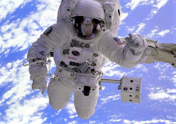 105457_Papel-de-Parede-Astronauta_1024x768-e1447193201901-600x422