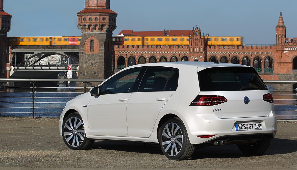 2015-Volkswagen-Golf-GTE-01