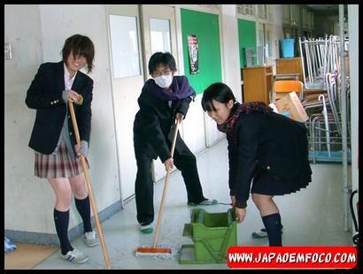 Alunos-fazendo-a-limpeza-da-escola