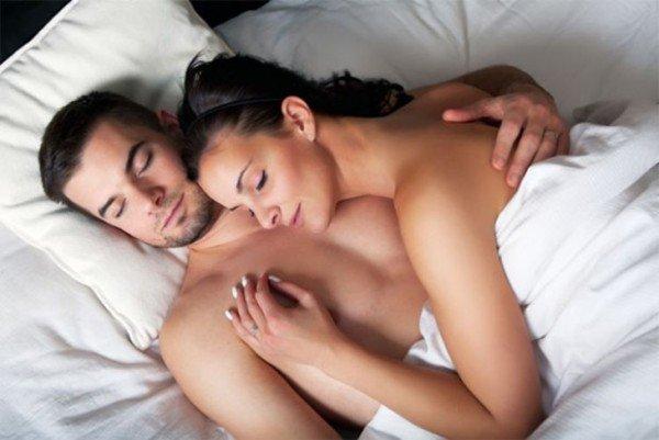 casal-dorme-pelado-feliz-600x401
