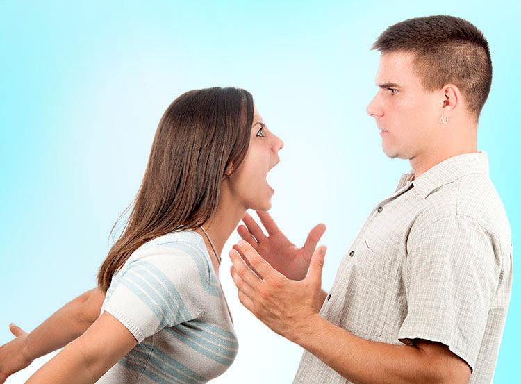 mulher e homem brigando ciume