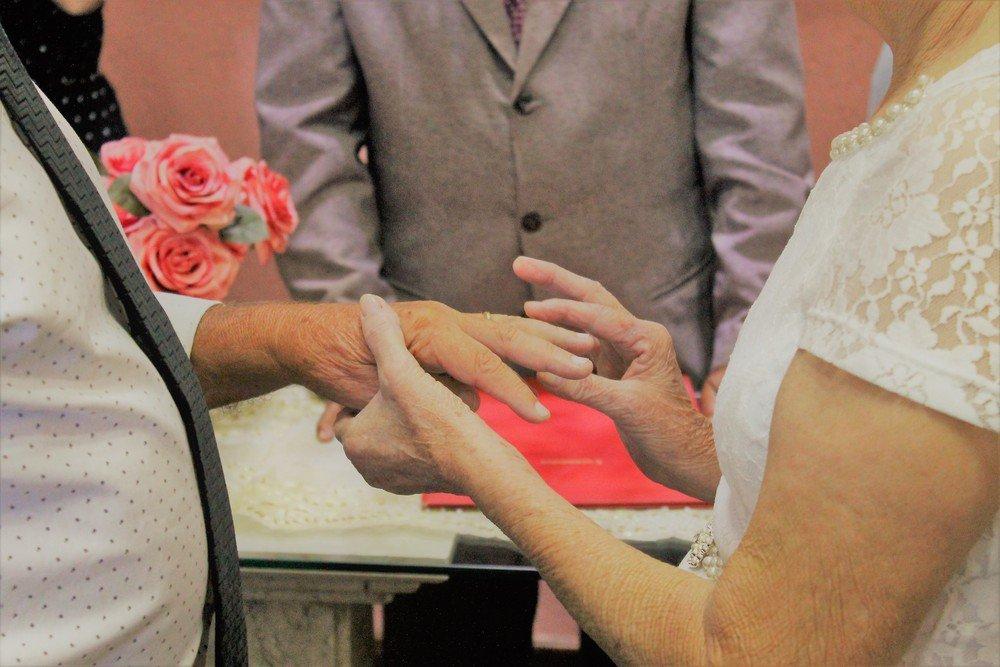 1550185739 Idosos se conheceram em aplicativo e provam que amor não tem idade
