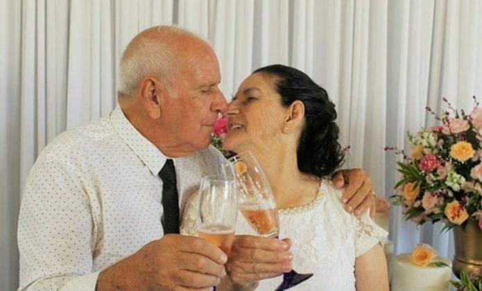 casal de idosos que se conheceu no tinder se casa min